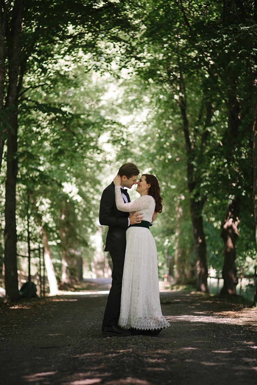 couple s'embrassant entre les arbres a la campagne