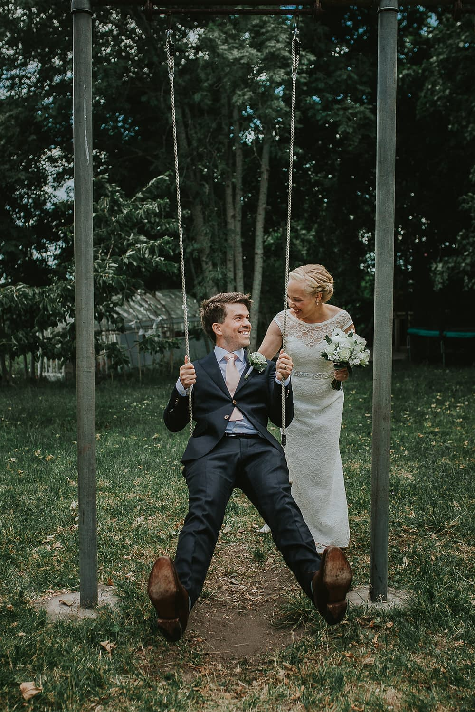 mariees dans un balançoire