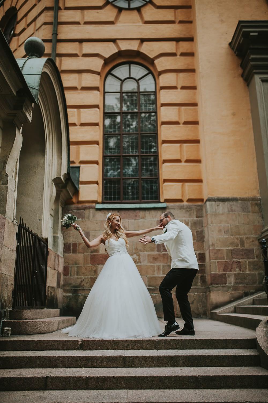 maries dansent a la porte de l´eclise