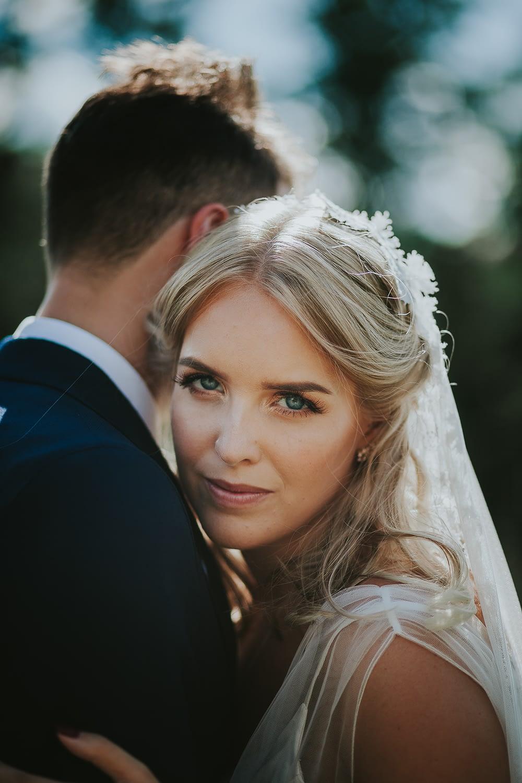 portrait en gros plan de la mariée aux yeux bleus lors qu´une seance portrait mariage