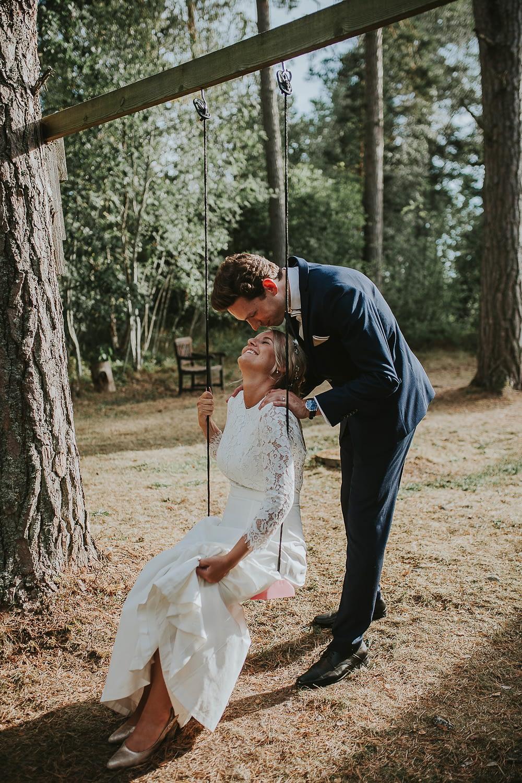 Couple amoureux juste marié swing sur une balançoire dans la campagne française