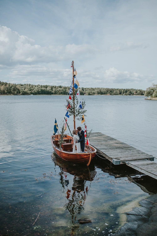 couple marié s'embrasser sur un bateau pendant leur séance de photographie de mariage
