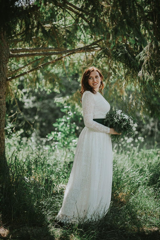 mariée avec son robe de mariage dans la nature