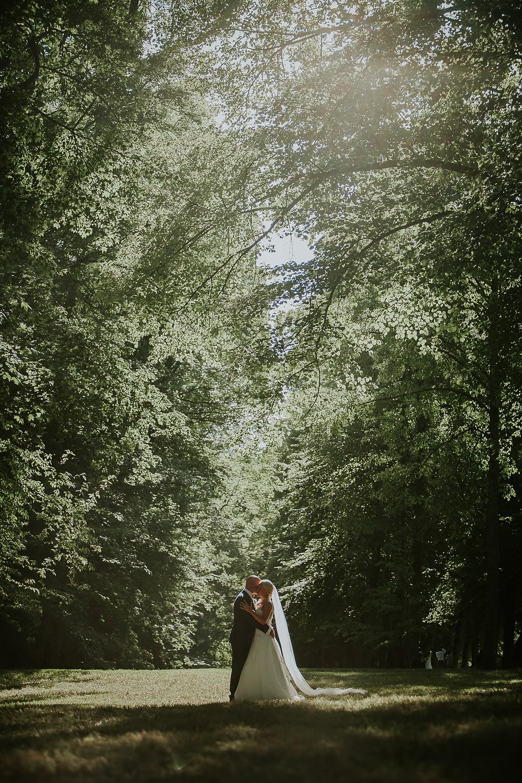 la mariée et le marié se caressent lors d'une séance photo