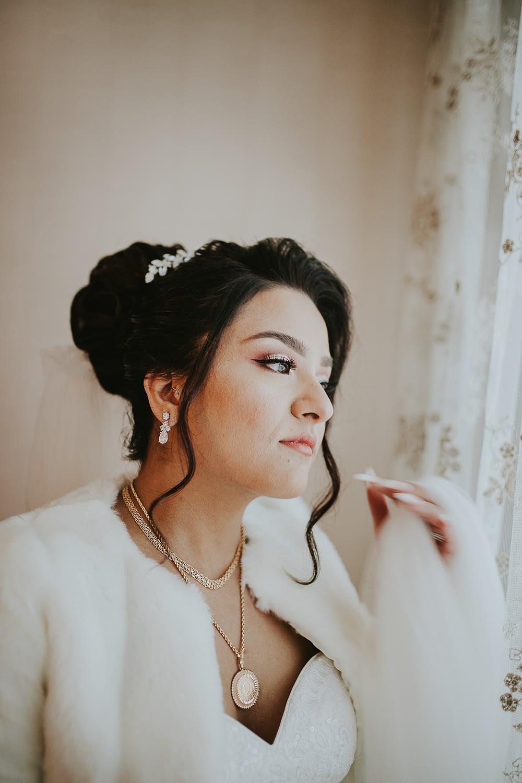 mariage turque en France. mariee dans son preparative de mariage en un photo douce