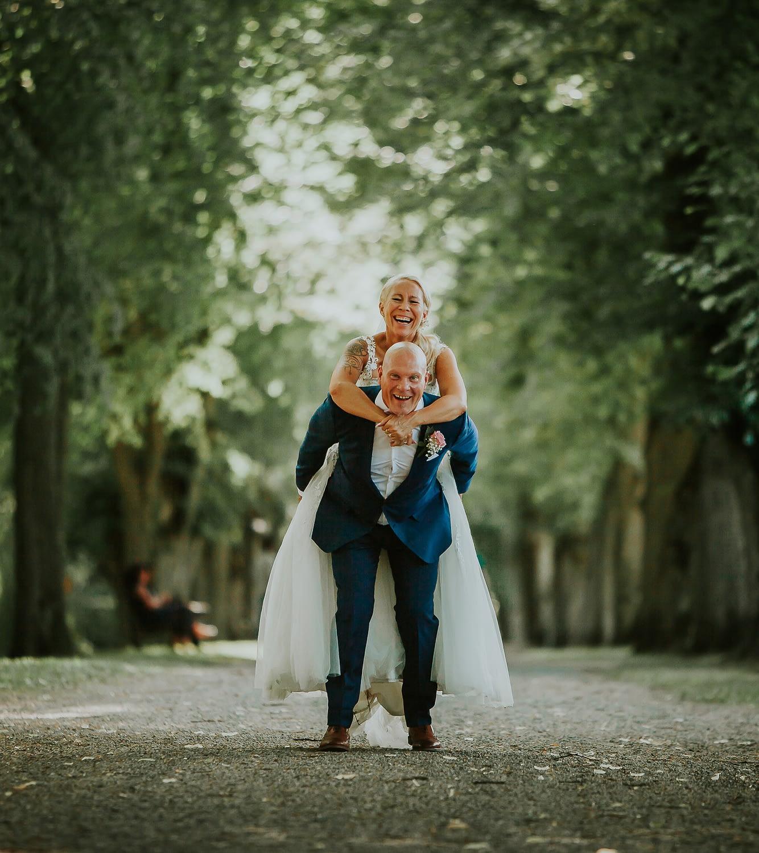 photographe originale de mariage la mariee monte sur le dos du marie