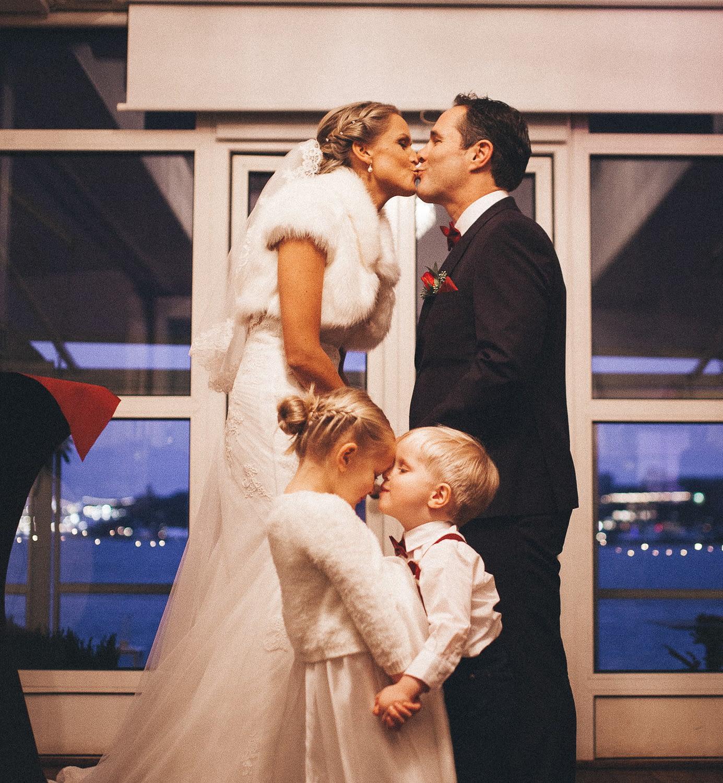 photographe originale de mariage parents et ses enfants s´embarrassent