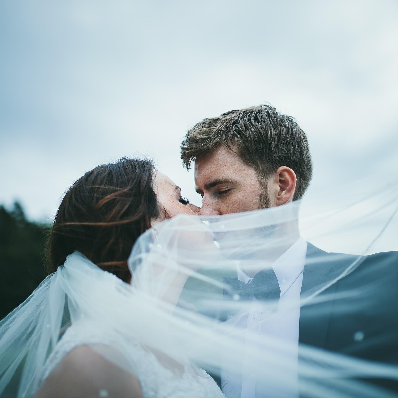 couple de mariage étreignant dans leur session de réception de mariage