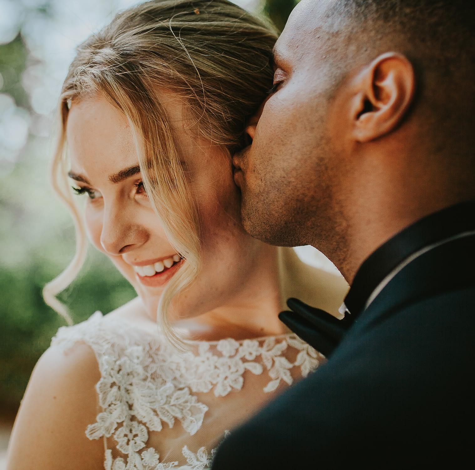 seance portrait mariage couple qui s'embrasse