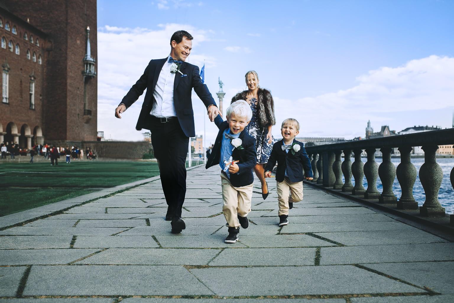 parents avec ses enfants courent vers la camera