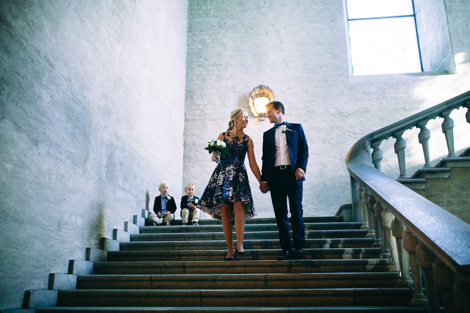 les jeunes mariés rennes descendent les escaliers de l'églisemariees descende