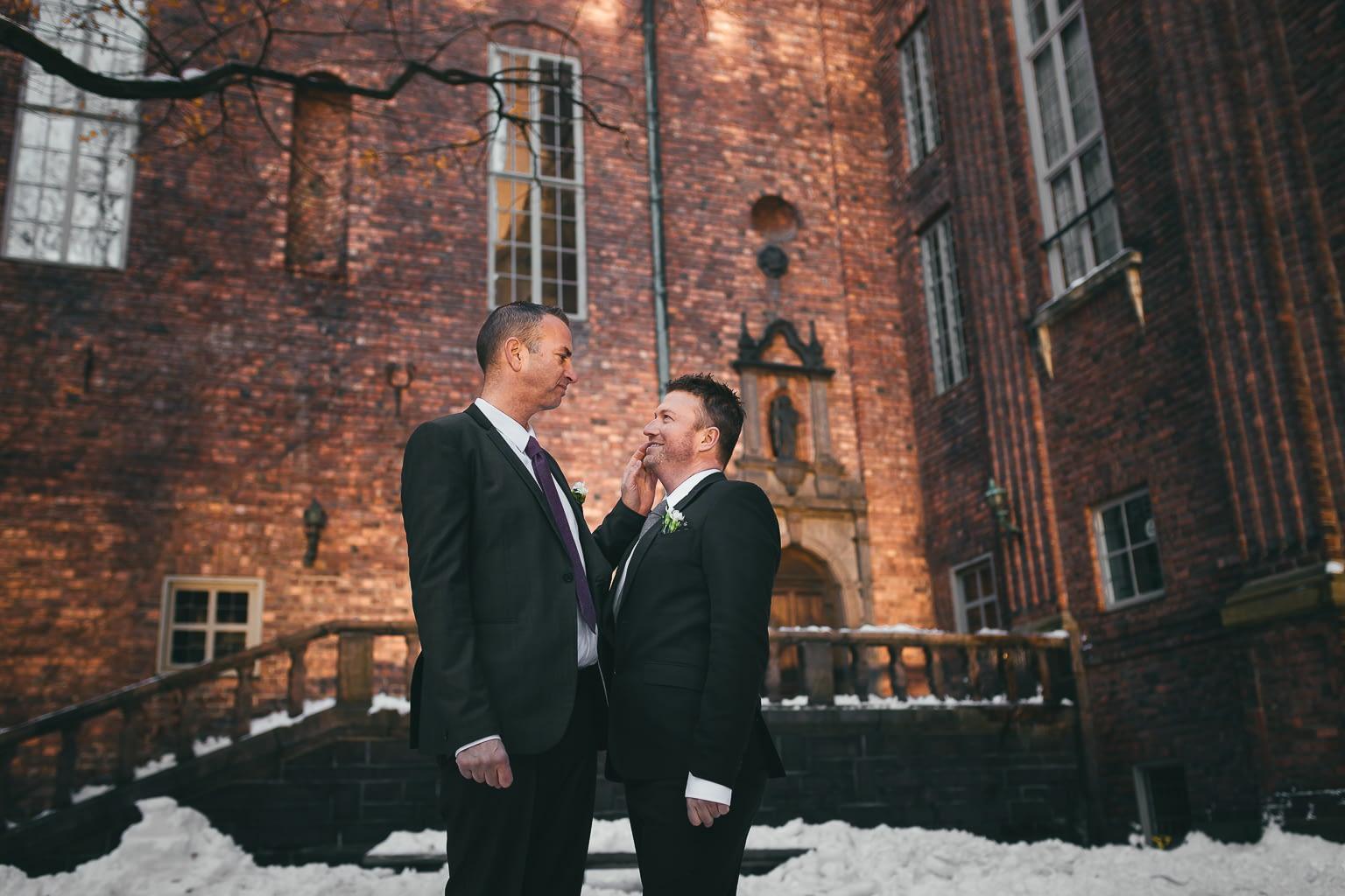 seance photo couple homosexuel caressant à leur mariage