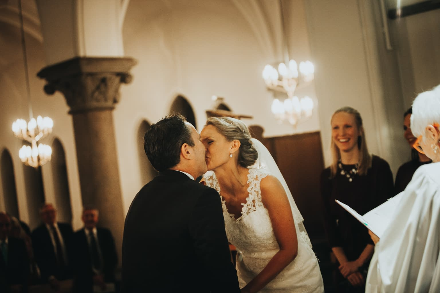 embrasse couple dans la cérémonie religieuse