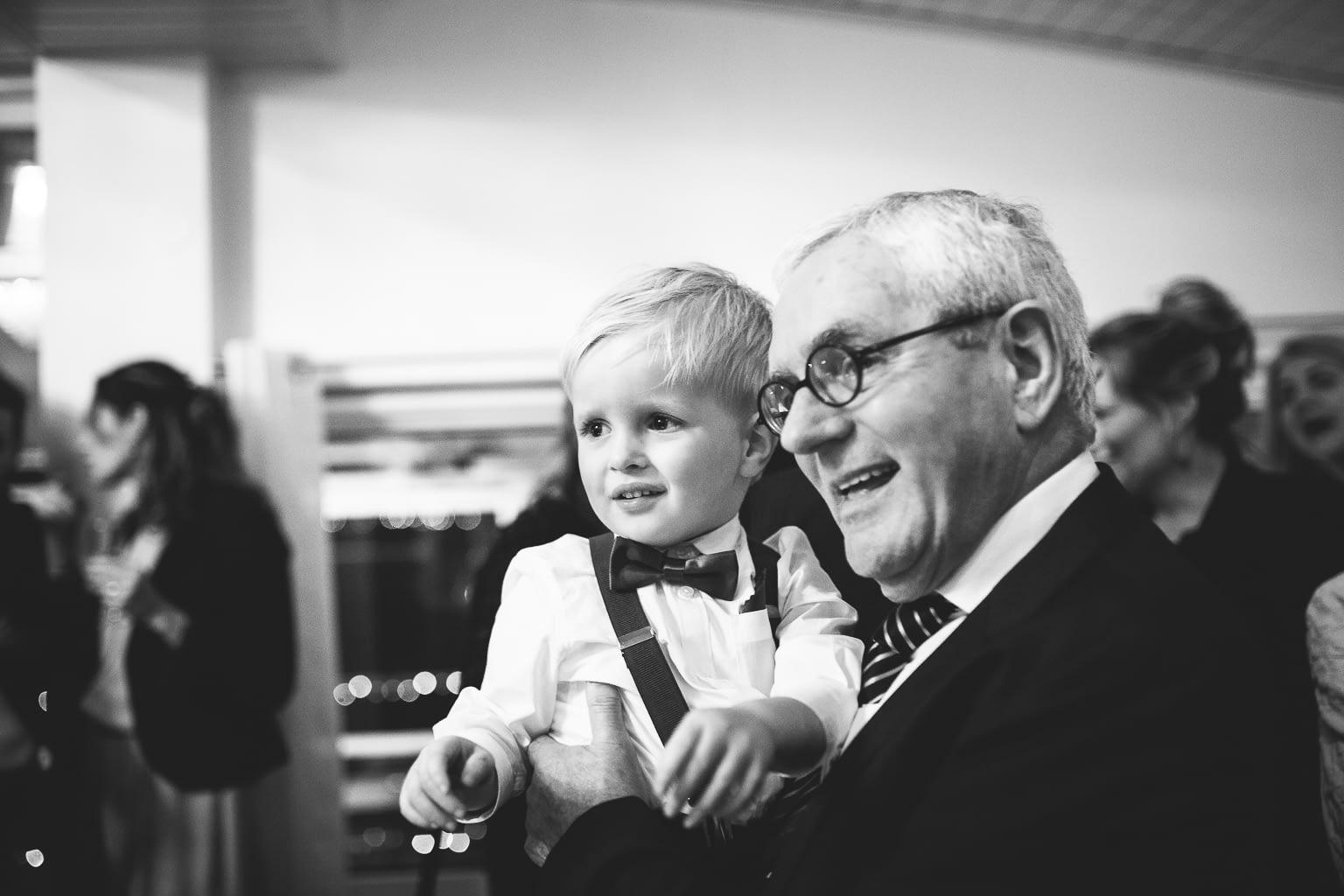 portrait petit-fils et grand-père lors d'un mariage