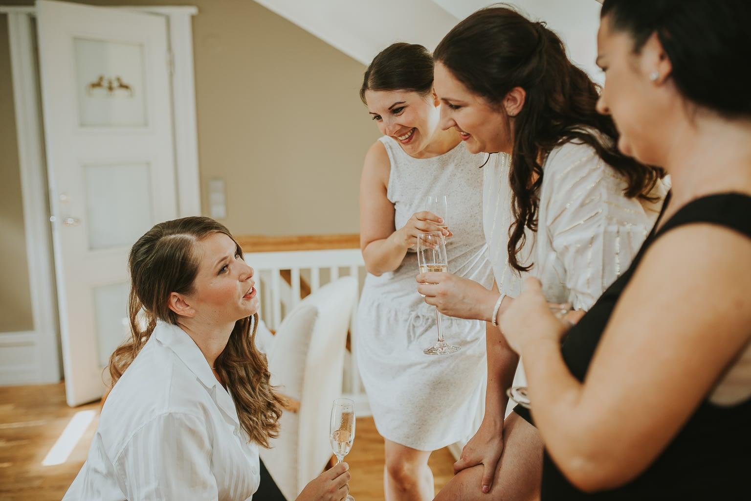 la mariée et ses demoiselles d'honneur session de préparation au mariage
