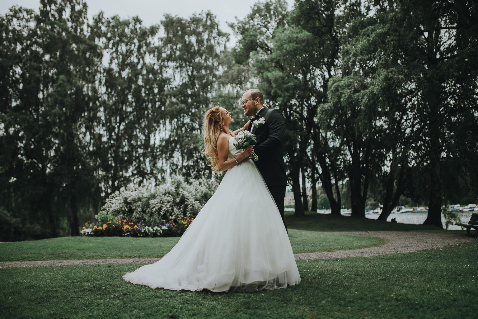 photo de mariage fantastique de couple qui se regarde
