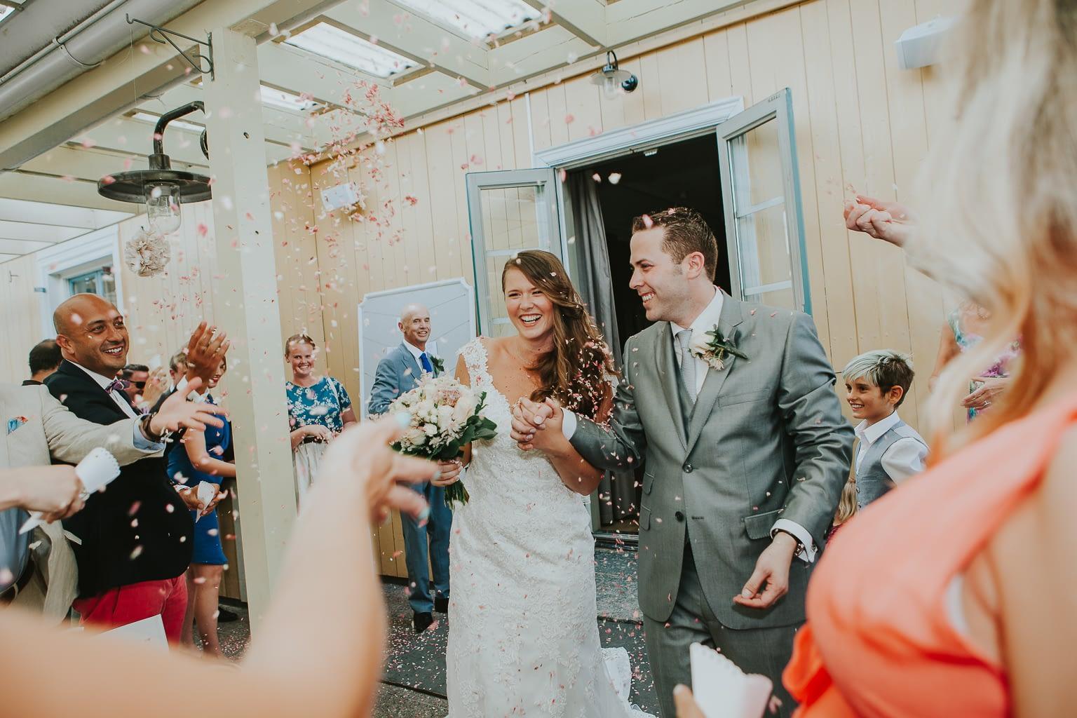 confettis à la sortie de l'église des mariés