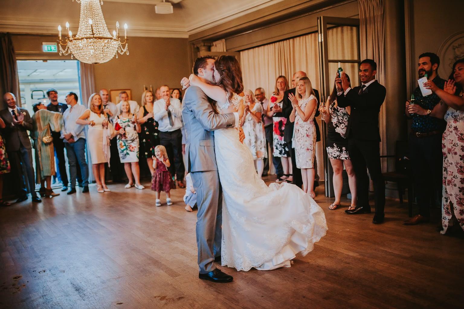 les jeunes mariés dansent pour la première fois pendant la fête