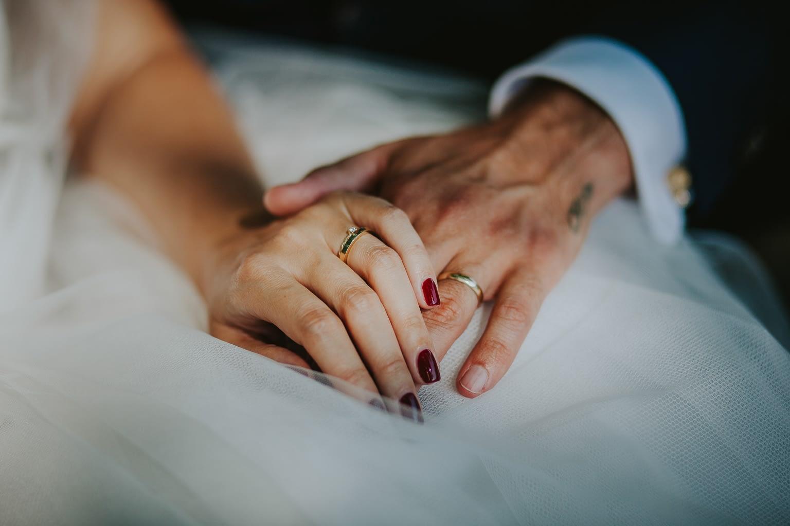 mains juste maries avec ses alliances