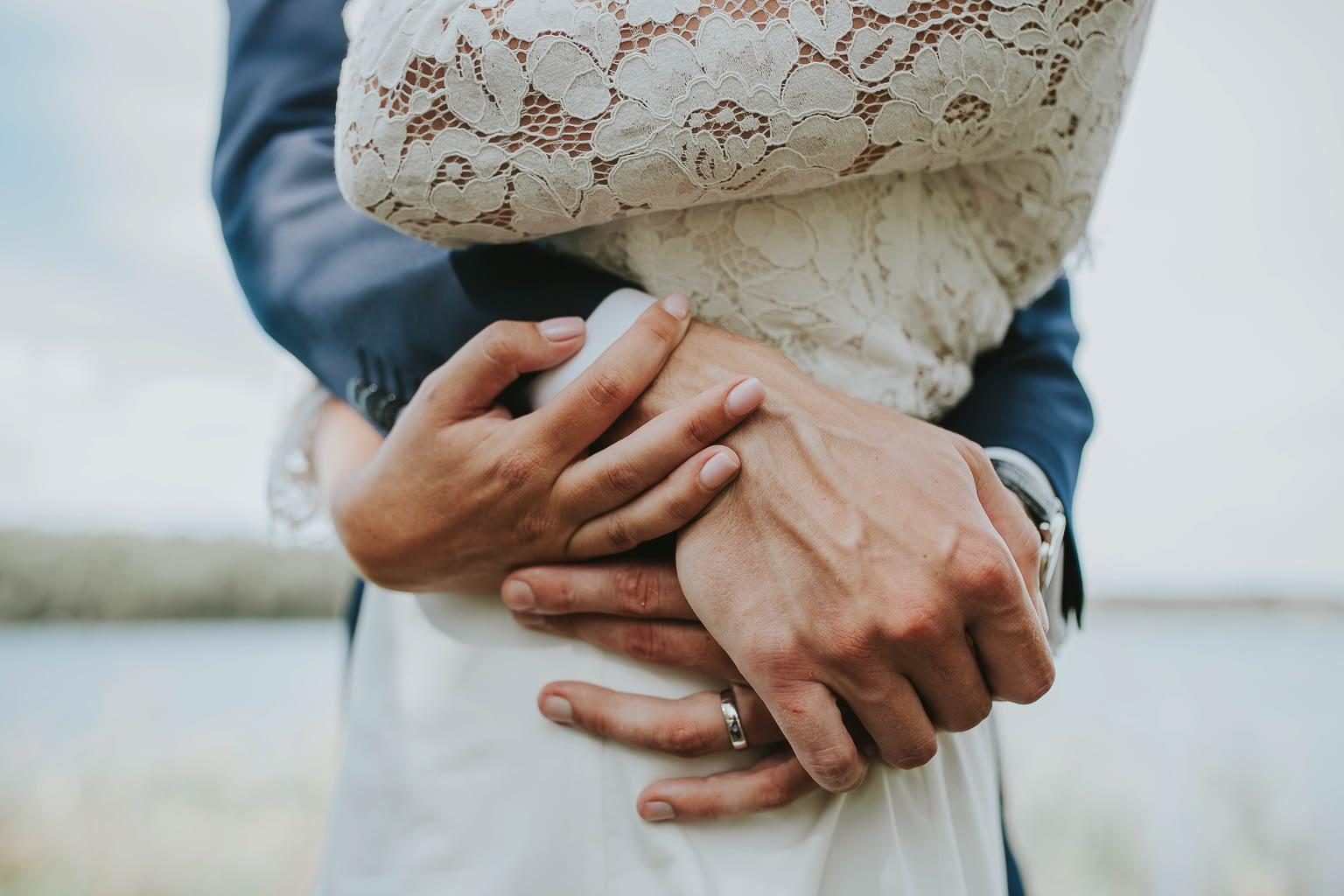 gros plan des mains de couple qui se embarrasent