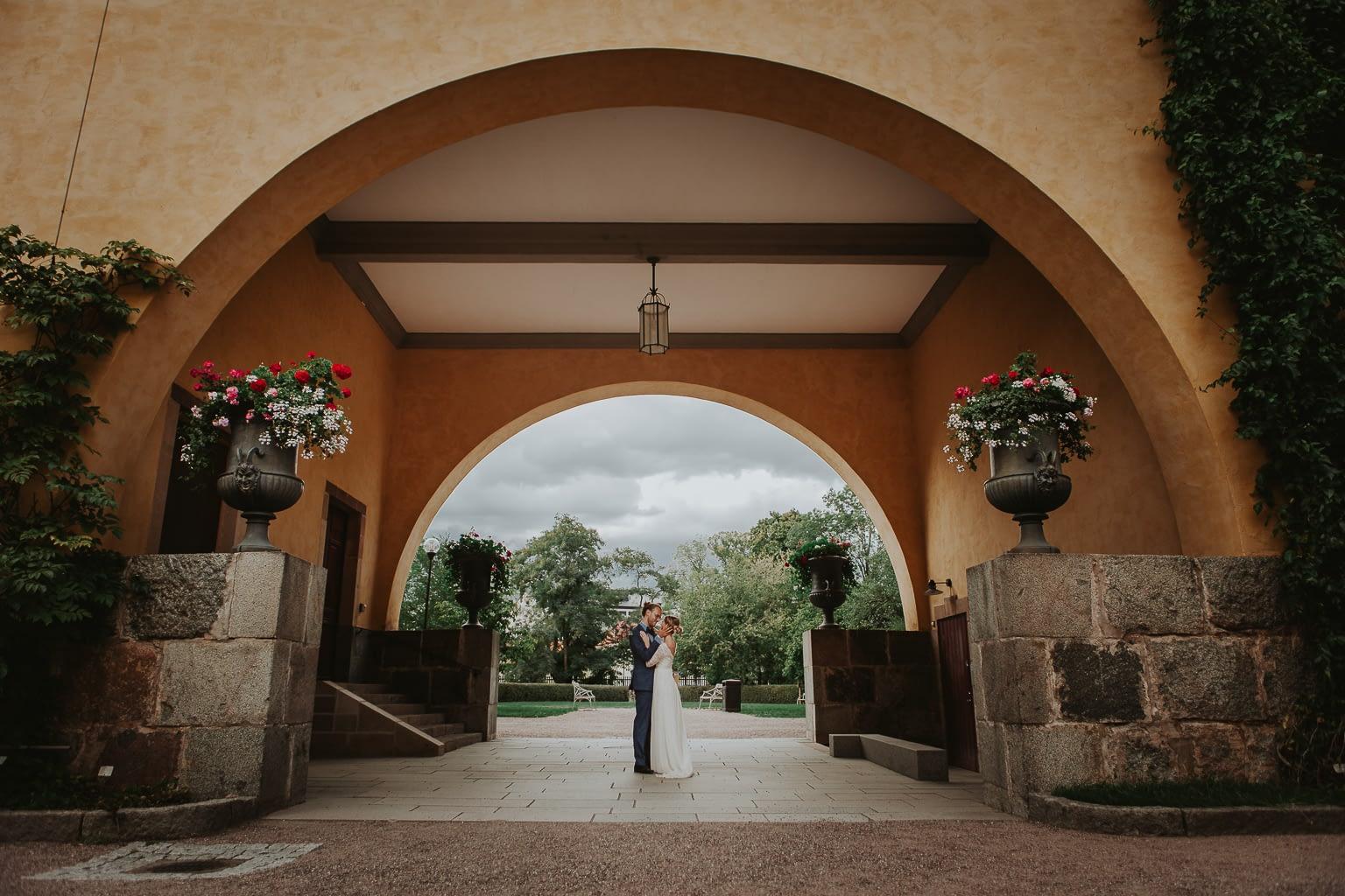 couple nouvellement marié amoureux danse sur une belle terrasse