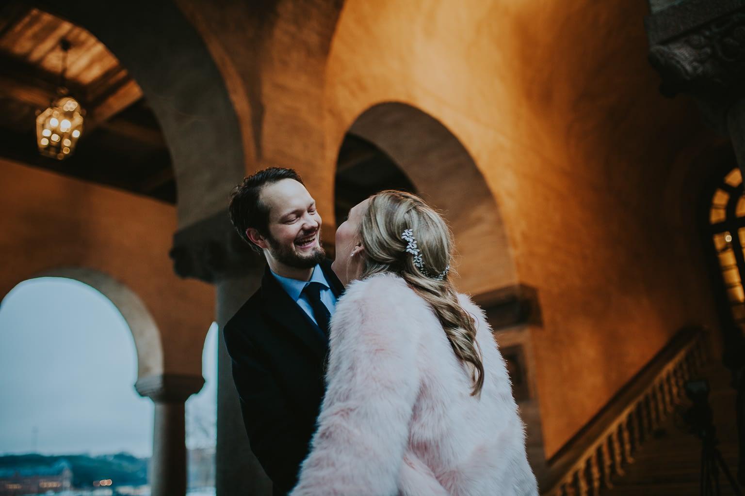 photo mariage originale maries qui rigolent