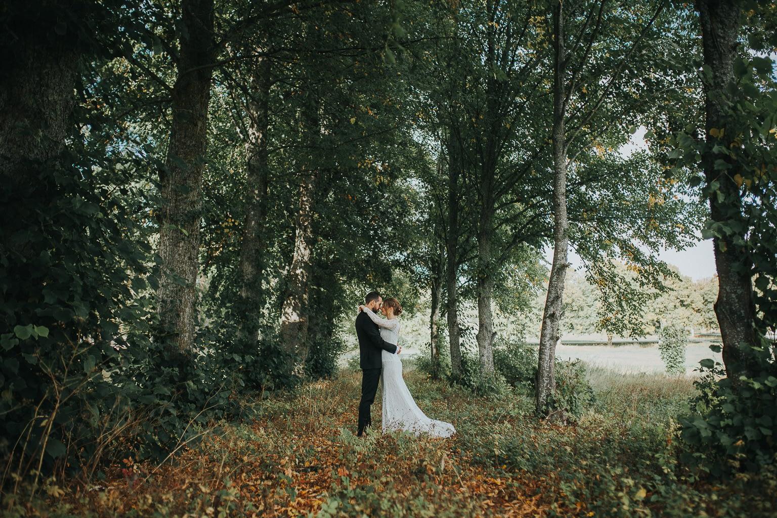 couple se baladent autour la campagne française en automne