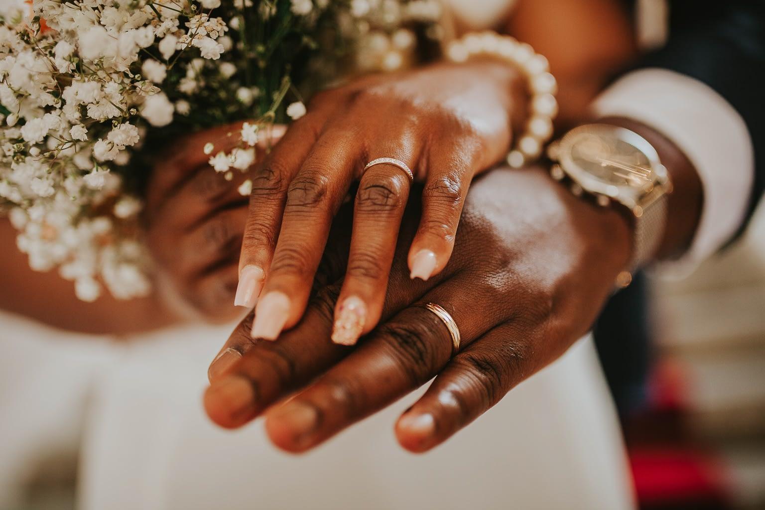 photo des mains des maries avec des alliances de mariage-cristina-ramos-photography