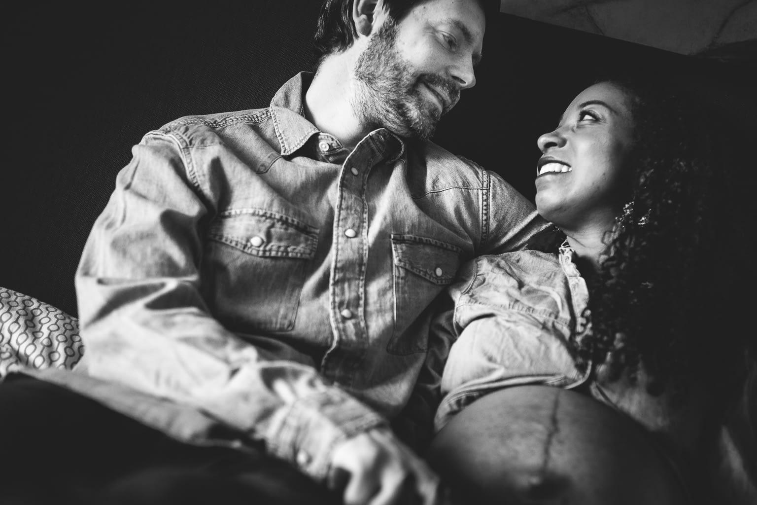 séance photo grossesse maternité à domicile lifestyle rennes couple multiracial 20
