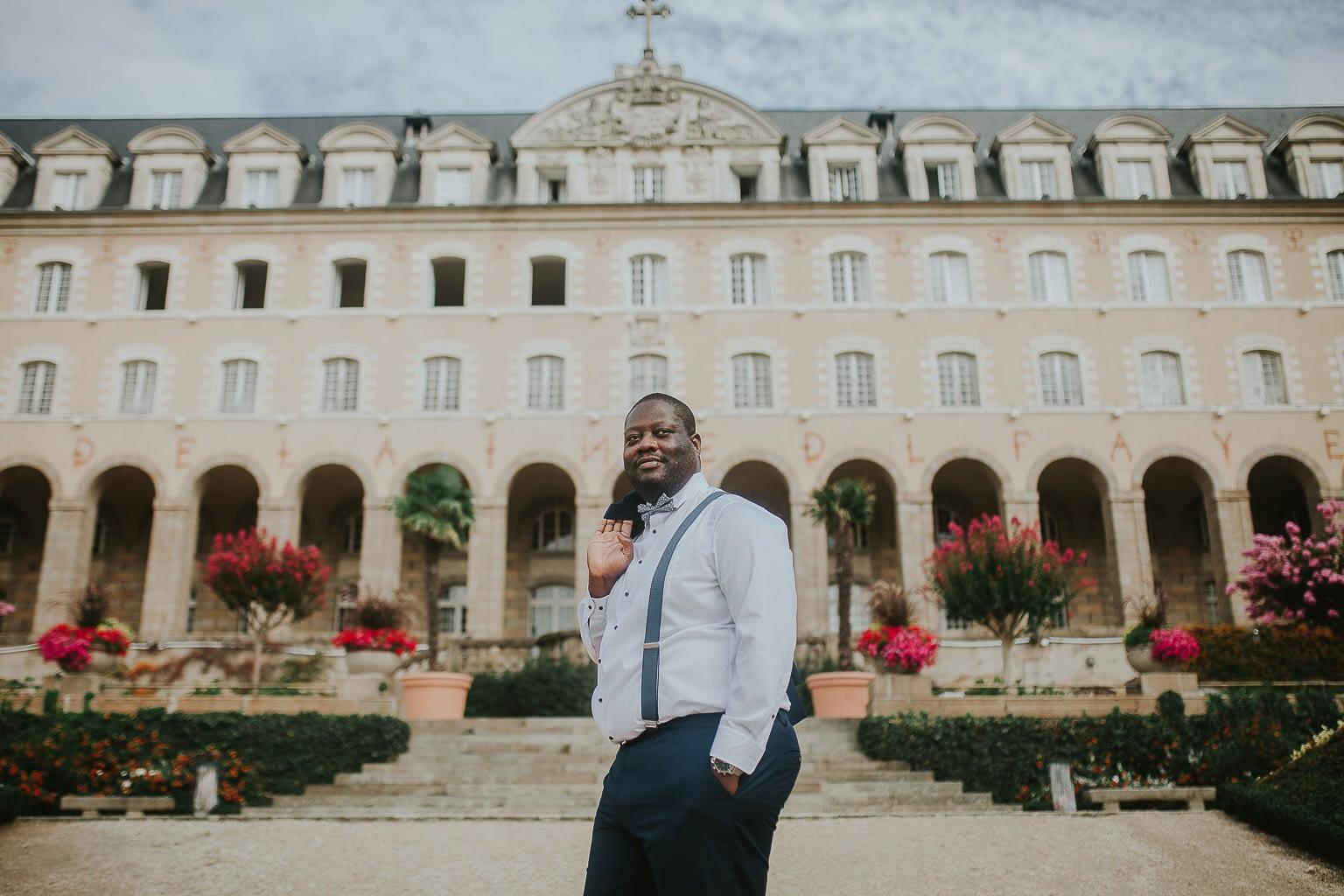 photo-marié gros debout devant le palais saint georges a Rennes