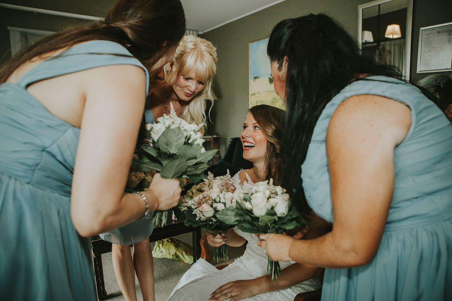 la mariée et ses demoiselles d'honneur se confessent pendant les préparatifs