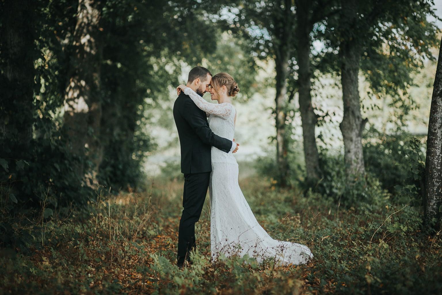 seance photo couple s'embrassant au milieu de la campage