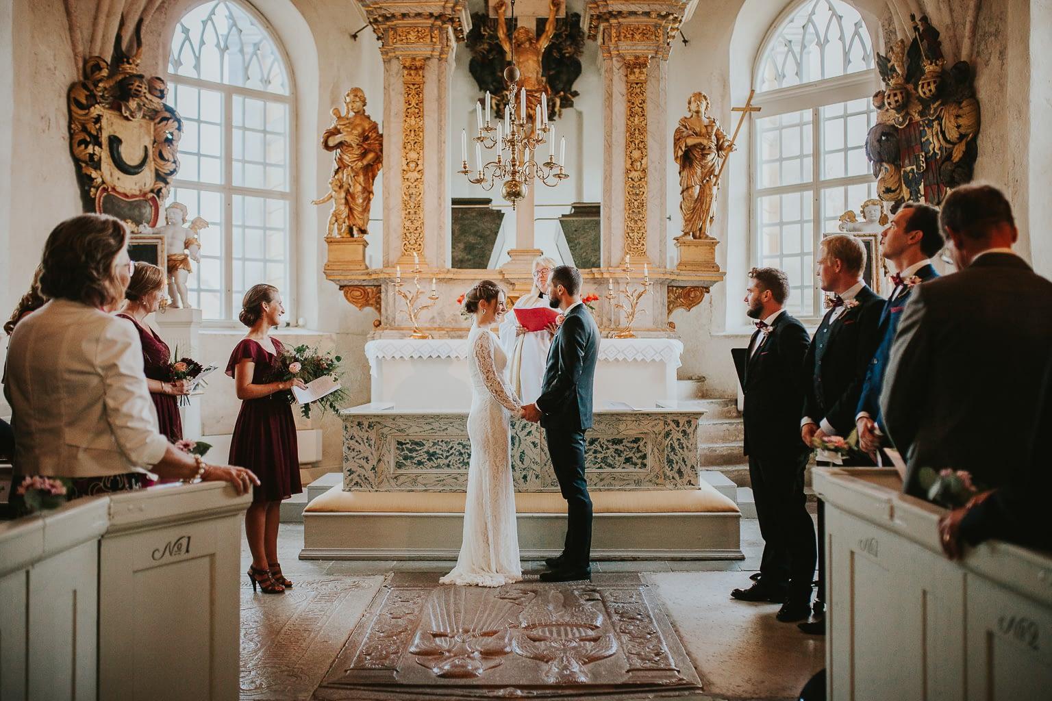 photographie de mariage dans l'église lors d'une cérémonie religieuse