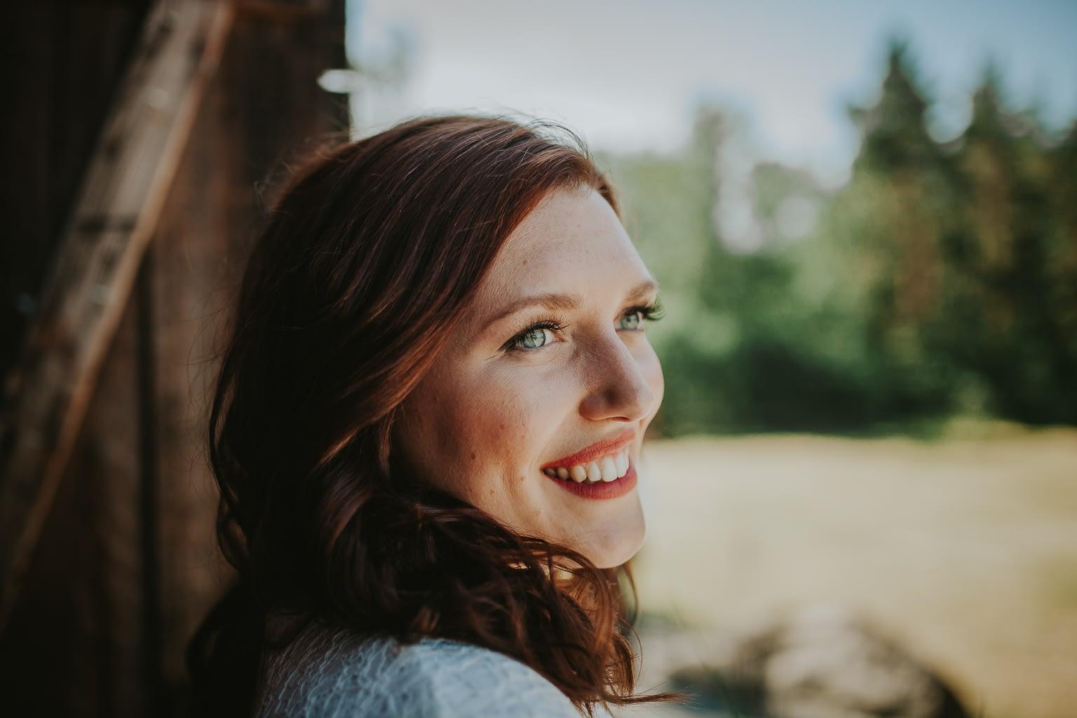 portrait professionnel de mariage femme rousse aux yeux bleus