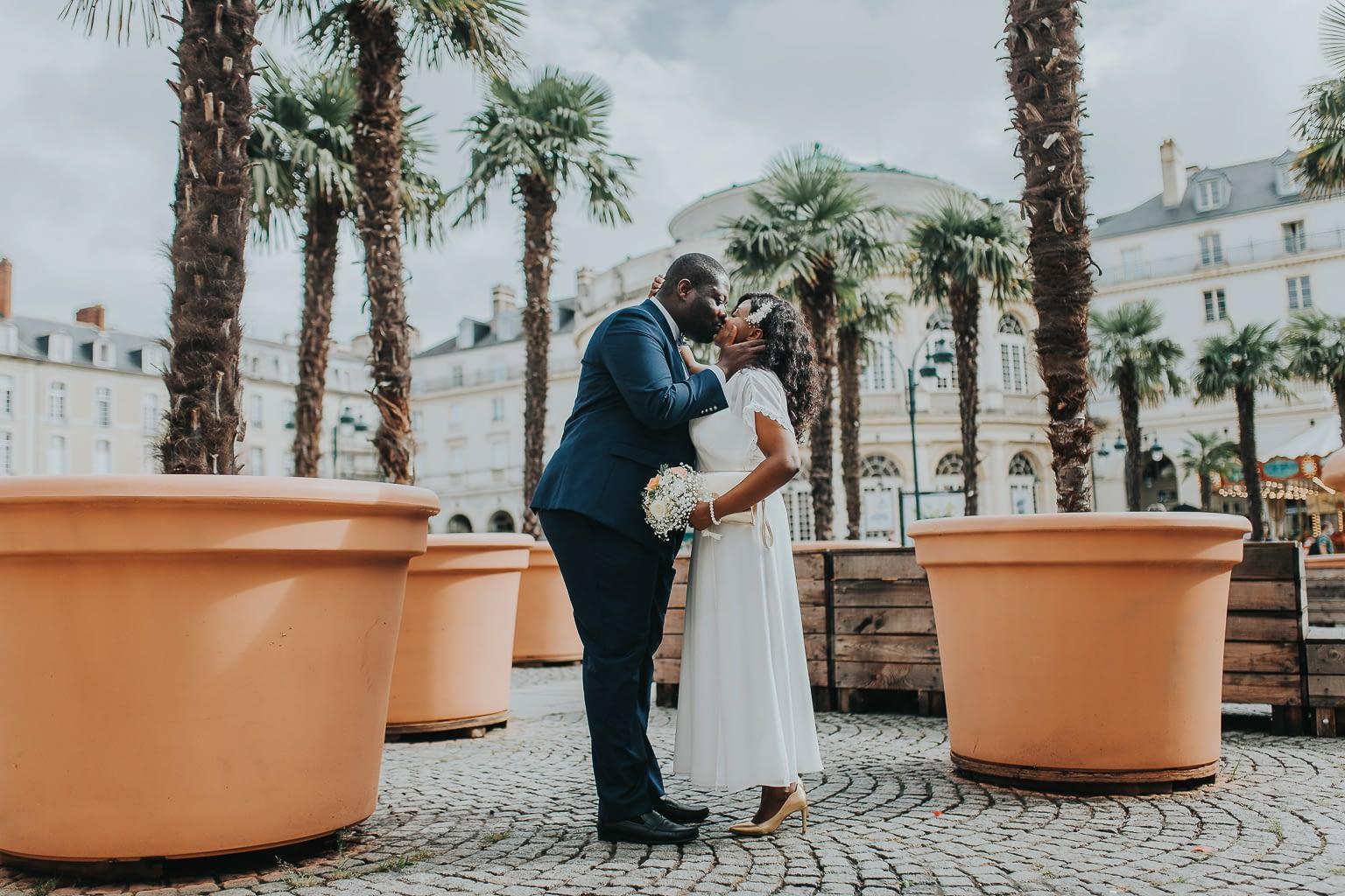 seance photo couple s'embrassant au milieu de pots de fleurs géants-cristina-ramos-photography