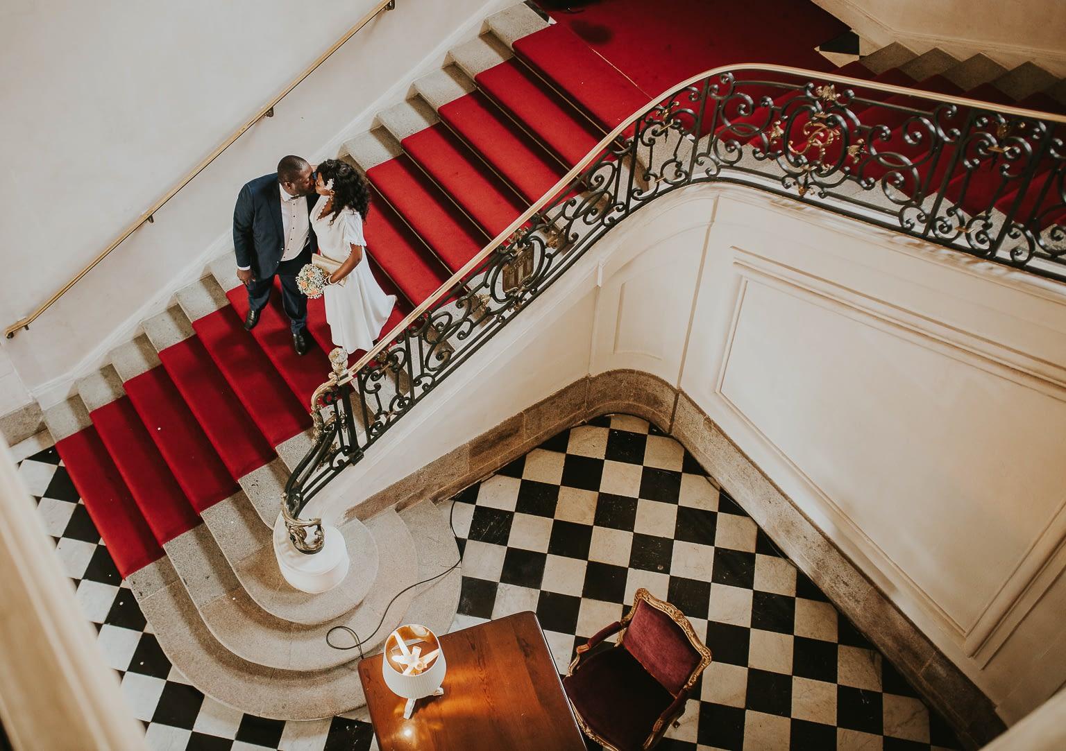 couple amoureux en descendant les escaliers-cristina-ramos-photography