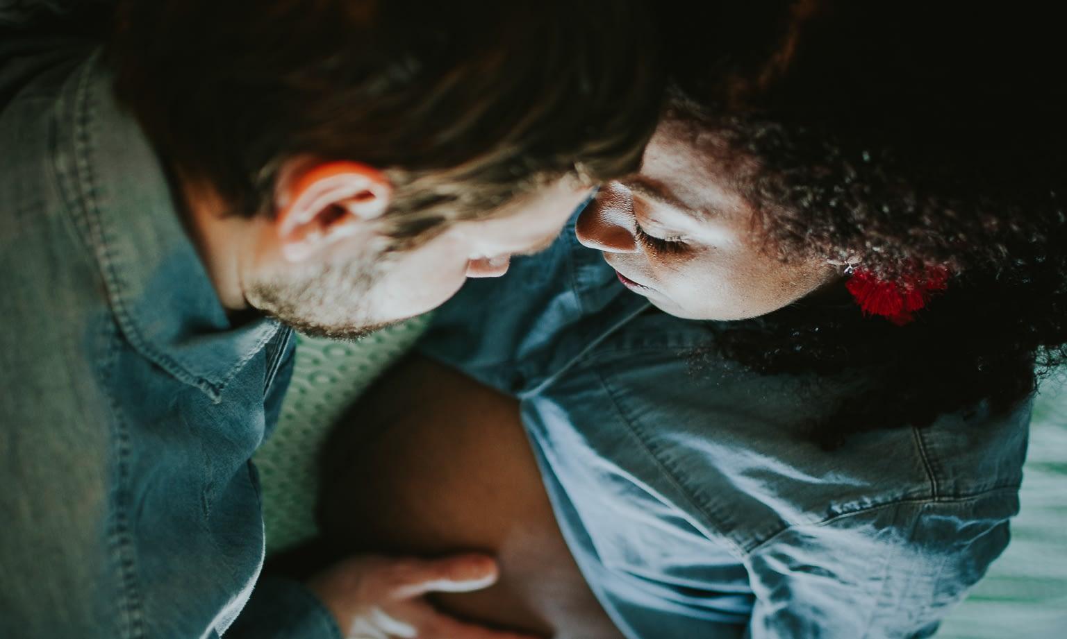 séance photo grossesse maternité à domicile lifestyle rennes couple multiracial 13