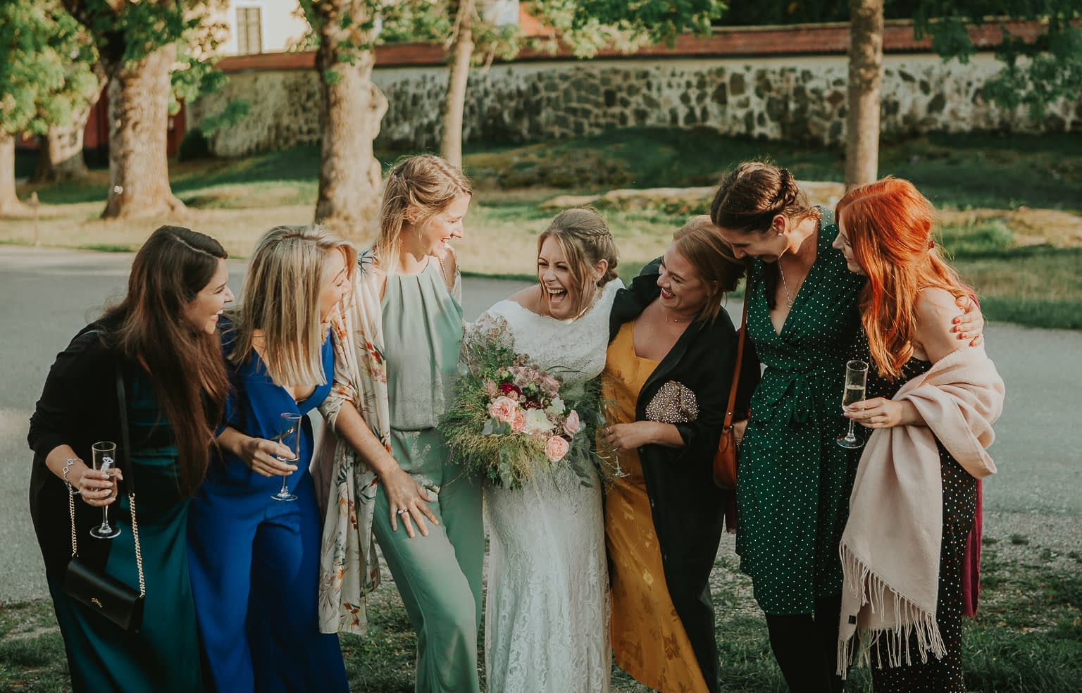 mariee et ses amis rigolent dans son mariage