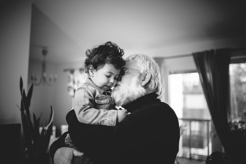 séance photo enfant avec grand père à domicile rennes par cristina ramos photography