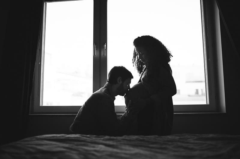 séance photo grossesse maternité lifestyle rennes couple multiracial 23