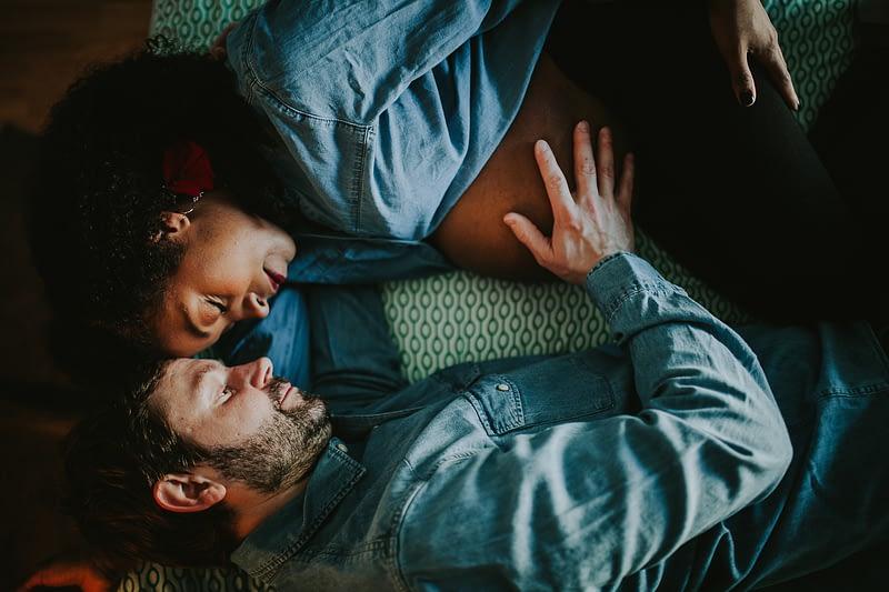 séance photo grossesse maternité à domicile lifestyle rennes couple multiracial 15