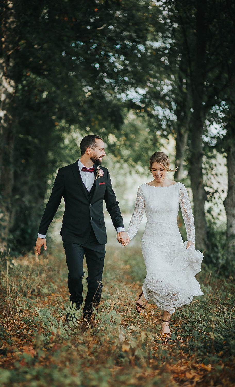 couple marié qui traverse la campagne