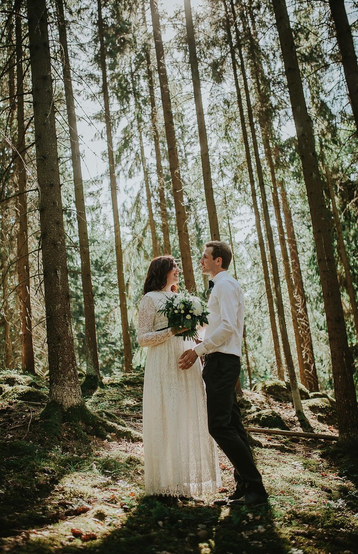 photo de couple amoureux dans la foret