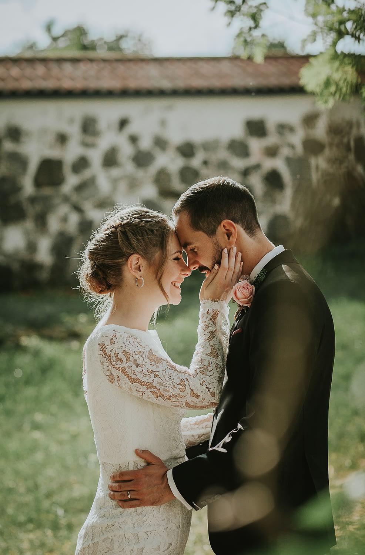 photo romantique de couple qui se regarde