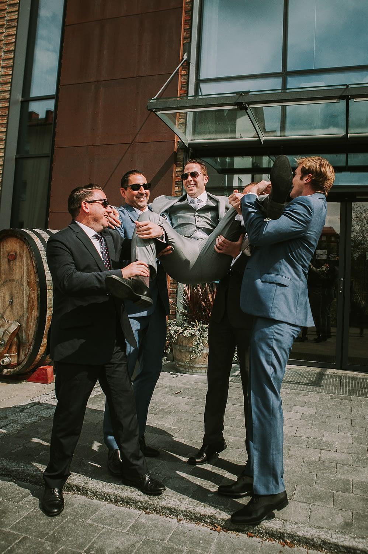 Photo de mariage drôle de marié montrant la bague de mariage à ses amis
